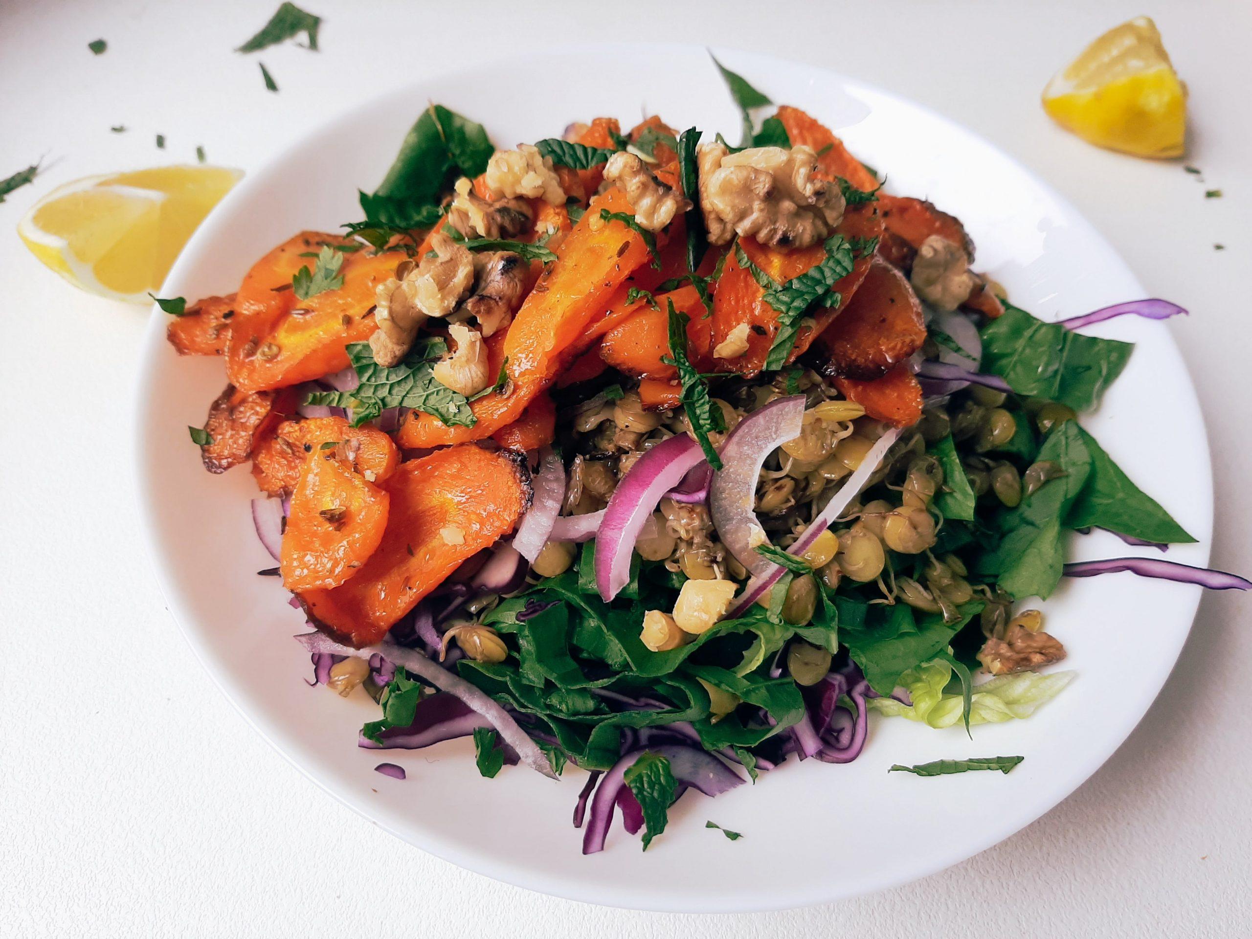 Marokietiškos kepintų morkų ir daigintų lęšių salotos