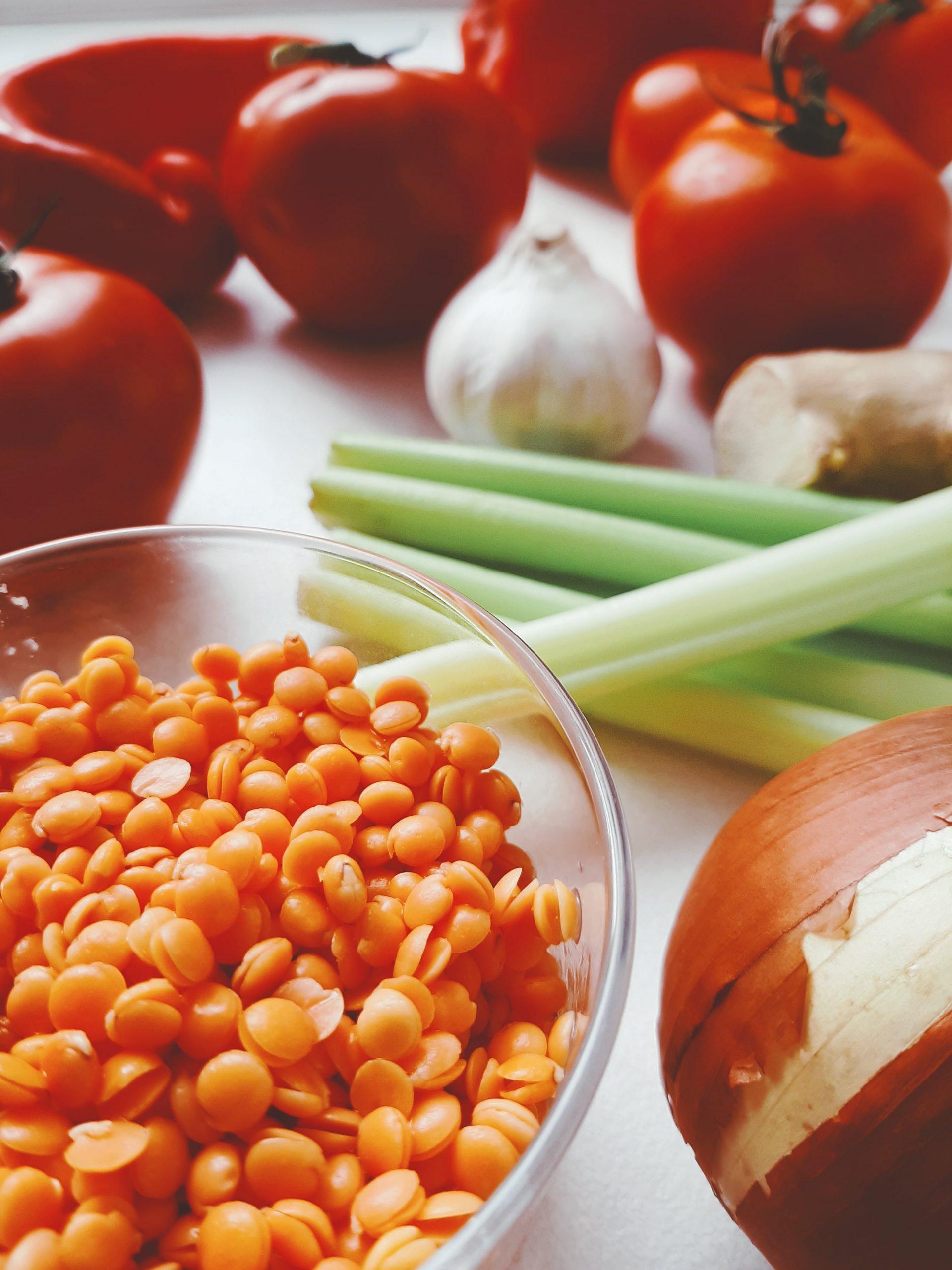 Raudonieji lęšiai ir daržovės