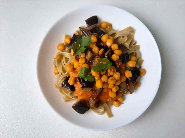 makaronai su saldžių bulvių padažu, kepintais baklažanais ir avinžirniais